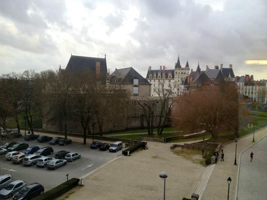 L'HOTEL : vue sur le château