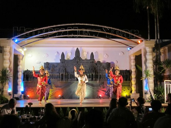 Hotel Somadevi Angkor Resort & Spa: Traditionelle Tanzshow am Pool