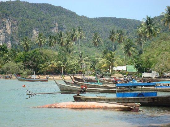 Krabi Tropical Beach Resort : The boats on the beach next to hotel