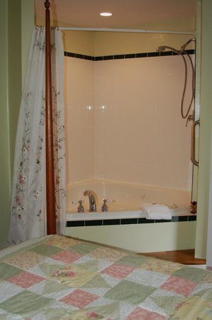 The Beal House: VERY comfortable jetted tub with plenty of room!