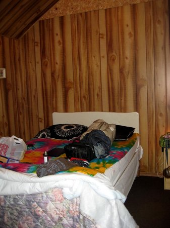 Mindemoya Court Cottages & Campground: Inside of campers cabin with our own blanket & pillows