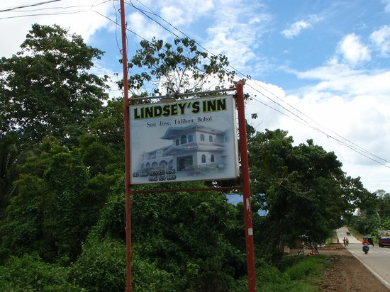 Lindsey's Inn: The sign on the main road