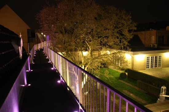Hotel Recour: The walkway at night
