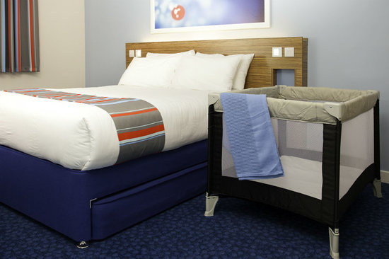 Travelodge Birmingham Yardley Hotel: Room with Cot