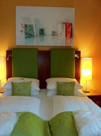 Hotel Das Tyrol: Painting in bedroom