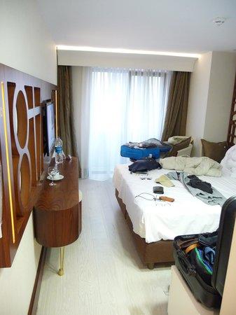 Victory Hotel And Spa: Zimmer mit Fenster zur Straße