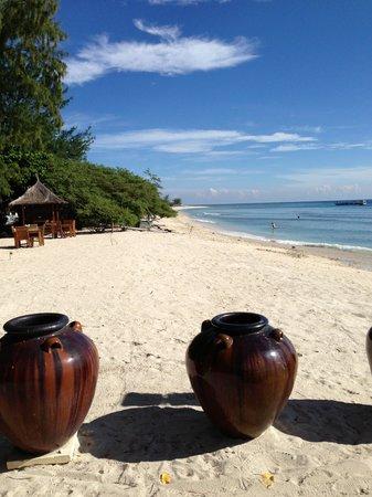 Villa Almarik Resort Lombok: strand utanför hotellet