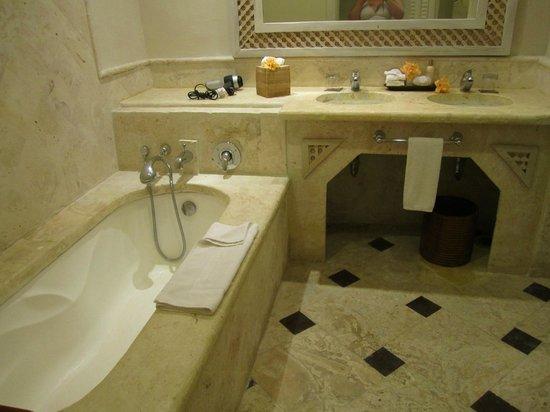 Sanctuary Cap Cana by Playa Hotels & Resorts: Ocean view junior suite--welcome flowers in bathroom