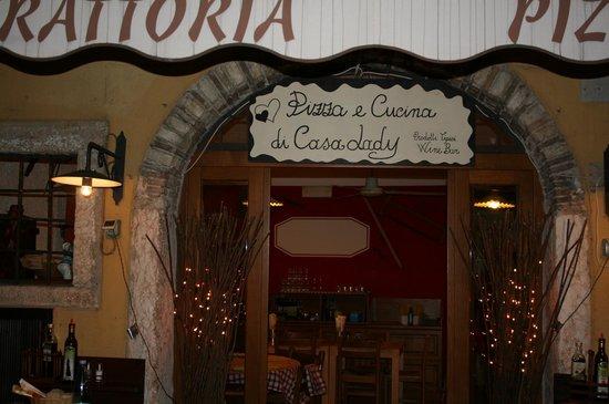 Casa Lady Garda: Entrata laterale Trattoria Casa Lady
