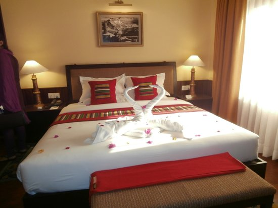 Hotel Tibet International : beautiful bed with decoration upon arrival
