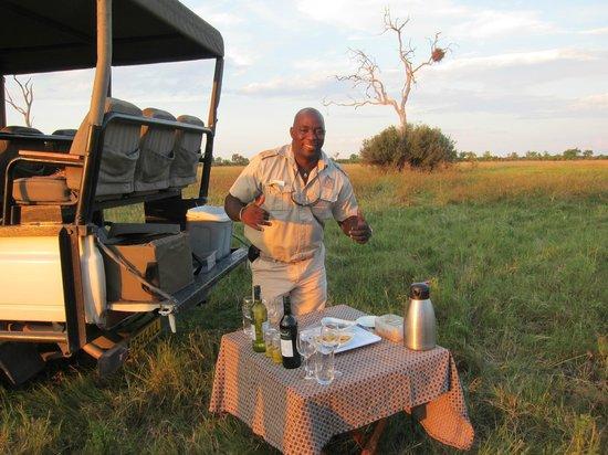 Savute Safari Lodge: Baba serving sundowners