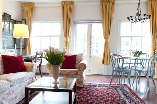 Eric's Bed and Breakfast: Living room