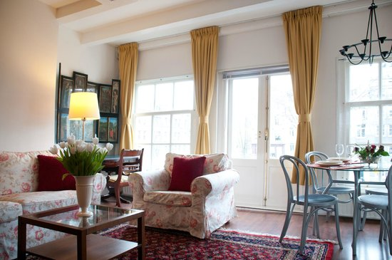 Eric's Bed and Breakfast: Living room and door to  private balcony