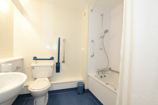 Travelodge Lincoln Thorpe on the Hill: Bathroom with bath