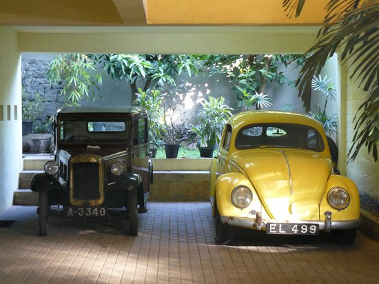 Monsoon Suites : ретрокары в холле