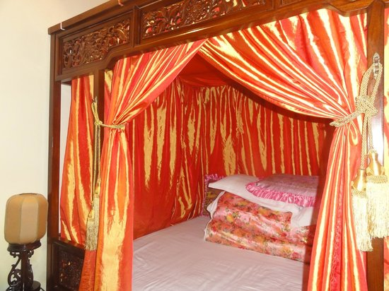 Beijing Sihe Courtyard Hotel: Sumptuous four-poster king bed with comfy quilts!