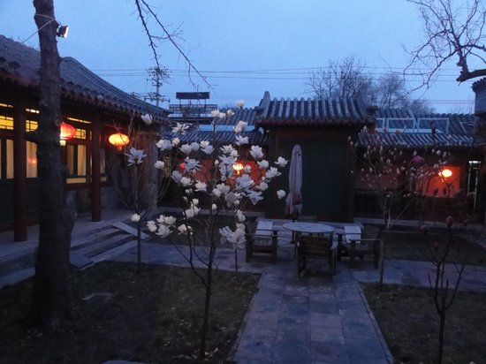Beijing Sihe Courtyard Hotel: View of main courtyard from our room at twilight