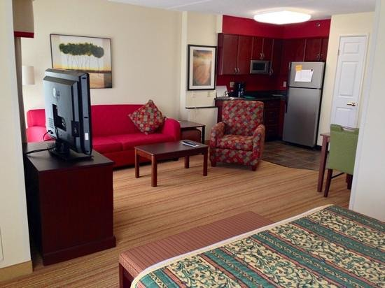 Residence Inn Fort Worth Alliance Airport: Kitchen and living room in one-bedroom studio