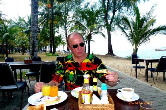 Koh Kho Khao Resort: śniadania pod palmami