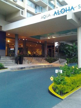 Aqua Aloha Surf Waikiki: Beautiful open air lobby