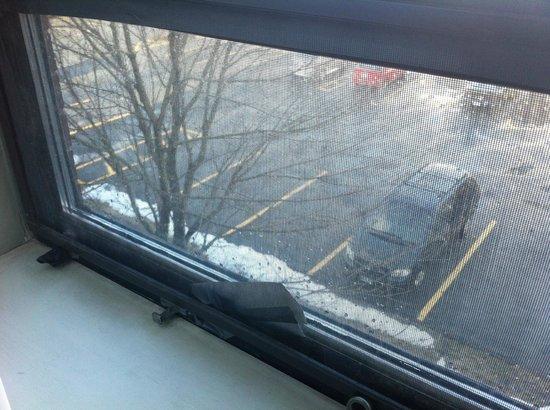 Quality Inn Halifax Airport: guntaped windows