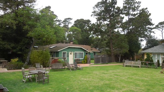 Andril Fireplace Cottages : Big lawn area