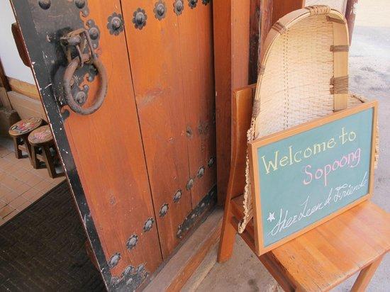 Sopoong Guest House: Front door