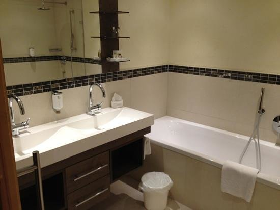 Hotel Post Ischgl : renovated bath room in superior room (bath and shower)