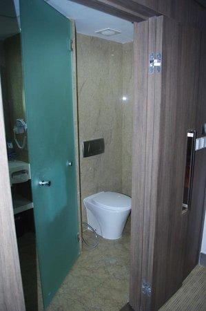 Hotel Novotel Jakarta Gajah Mada: spacious bathroom
