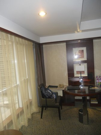 Kuntai Royal Hotel: little desk area