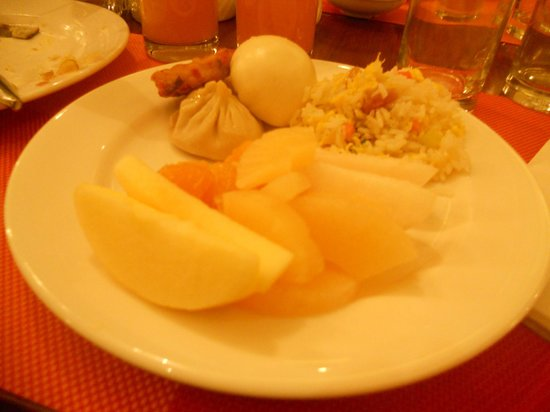 Kuntai Royal Hotel: fresh fruit, dumplings