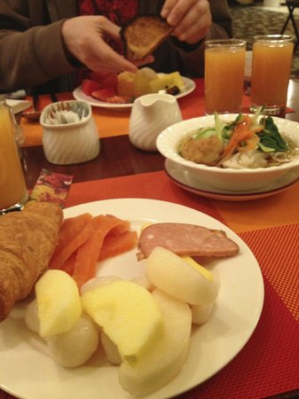 Kuntai Royal Hotel: more breakfast food