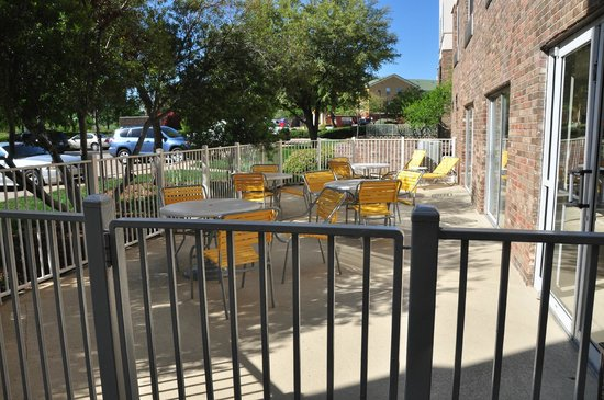 Fairfield Inn & Suites Dallas Las Colinas: A small patio on the east side of the building provides a place to relax outdoors.