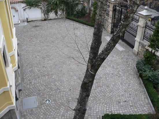 CrossPoint Sofia Hostel: Garden view