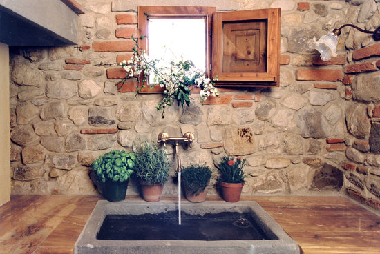 Villa Il Paradisino: antic stone sink in Melograno kitchen