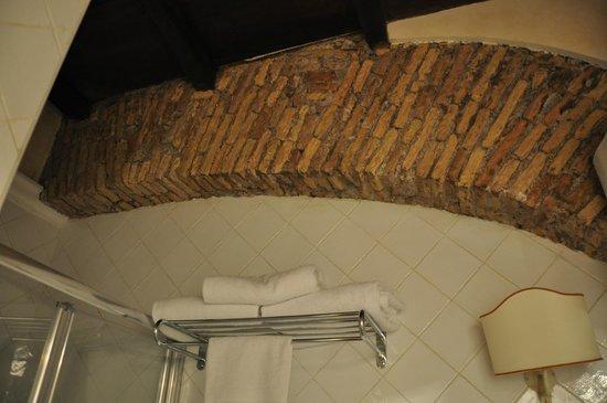 Residenza Santa Maria: Arco romano en baño