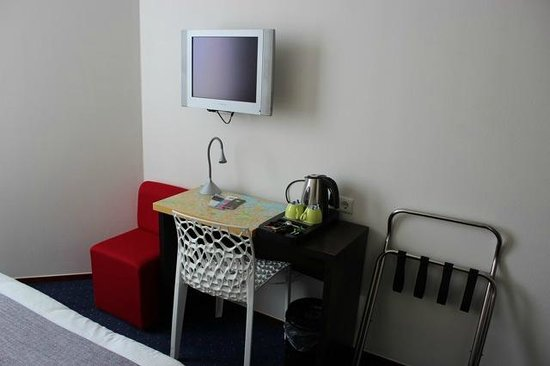 Ibis Styles Amsterdam City: Desk (no stationary)