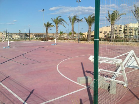 United Golf Apartments: sports court