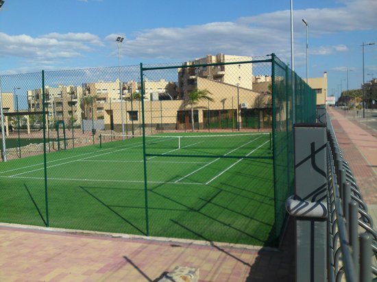United Golf Apartments: tennis courts