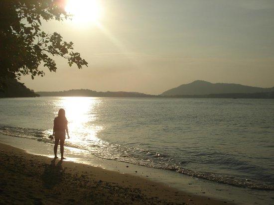 Baan Mai Beachfront Lone Island: strandwandeling