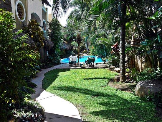 Hotel Villas Sayulita: Area recreativa jardin y alberca.