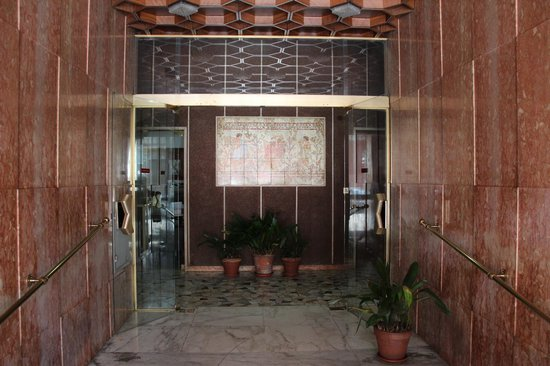Favola Romanesca : Entrata del Palazzo / Entrance of the building