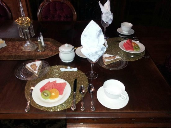 Cornerstone Victorian Bed & Breakfast : Fresh fruit, the first in the 5-course breakfast