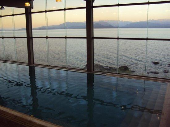 Alma del Lago Suites & Spa: pileta climatizada con vista al lago