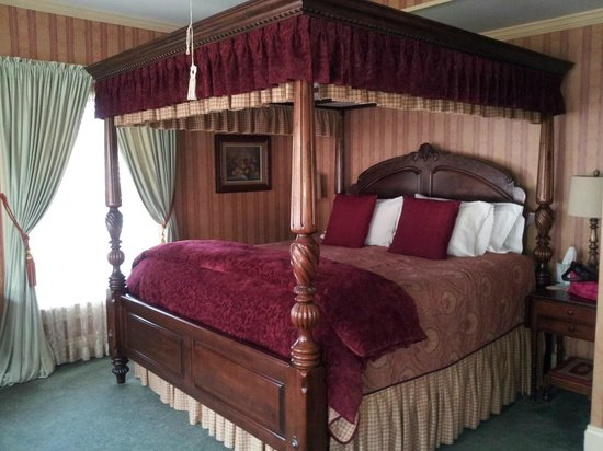 Cornerstone Victorian Bed & Breakfast: King size canopy bed in the Eastlake Room