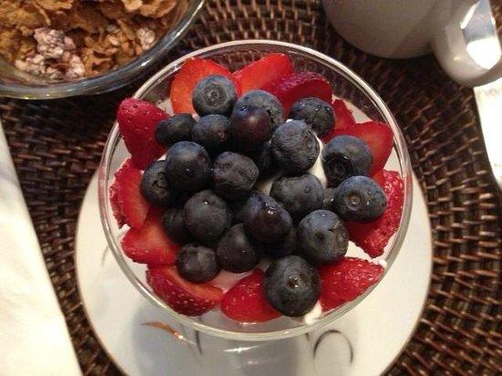 Bellamy Manor & Gardens Bed and Breakfast: Blueberries, strawberries on yogurt.....