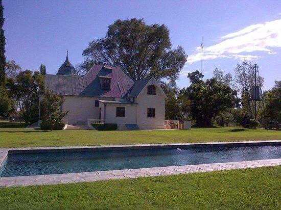 Villa Victoria Lodge: pool & garden