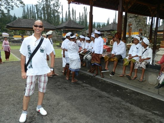 Ulun Danu Temple: just in time for a ceremony with the men dressed in their white saput, kamben and udeng