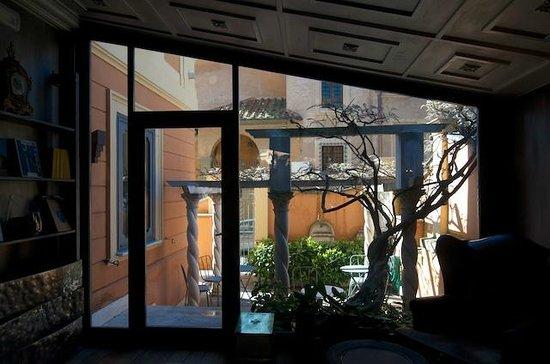 Hotel San Anselmo: Blick vom Aufenthaltsraum in einen Teil des Aussenbereichs