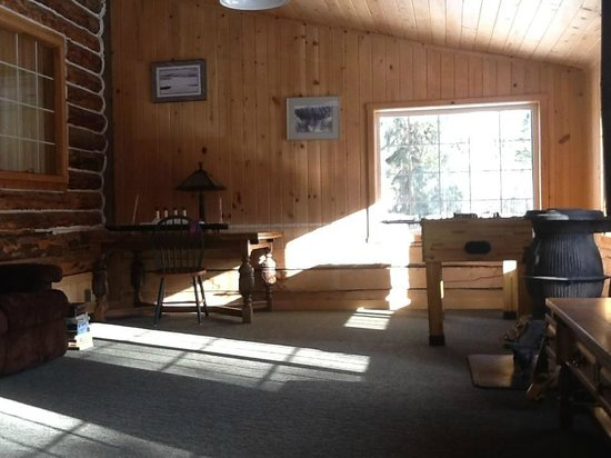 Glennallen's Rustic Resort Bed & Breakfast : Entertainment and lounging area of the home.